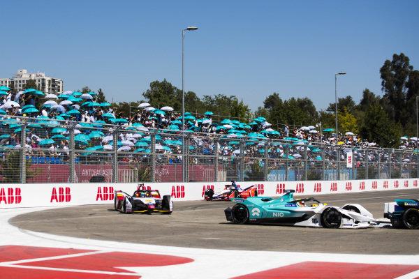 Oliver Turvey (GBR), NIO Formula E Team, NIO Sport 004 leads Lucas Di Grassi (BRA), Audi Sport ABT Schaeffler, Audi e-tron FE05 and Jérôme d'Ambrosio (BEL), Mahindra Racing, M5 Electro