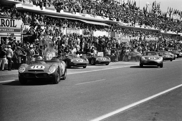 Pedro Rodriguez / Roger Penske, North American Racing Team, Ferrari 330LM TRI, get away first at the start (car #10).