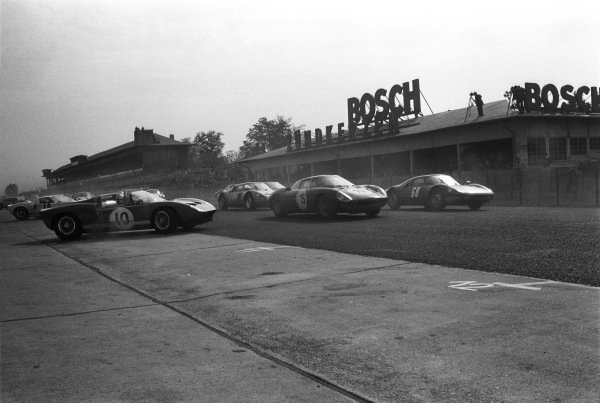 Manfred Abels / G¸nther Selbach, Lufthansa, Porsche 904 GTS 037 KR-Z 11, Gustave Gosselin / Pierre Dumay, Ecurie Francorchamps, Ferrari 250 LM 5843 and Hans-Dieter Dechent / Robert F. Huhn, Scuderia Lufthansa, Abarth-Simca 1300 Bialbero lead the field at the start.