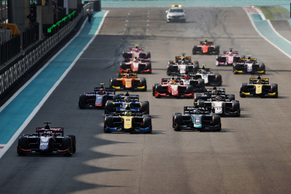 Giuliano Alesi (FRA, TRIDENT), leads Luca Ghiotto (ITA, UNI VIRTUOSI), and Nicholas Latifi (CAN, DAMS), at the start of the race