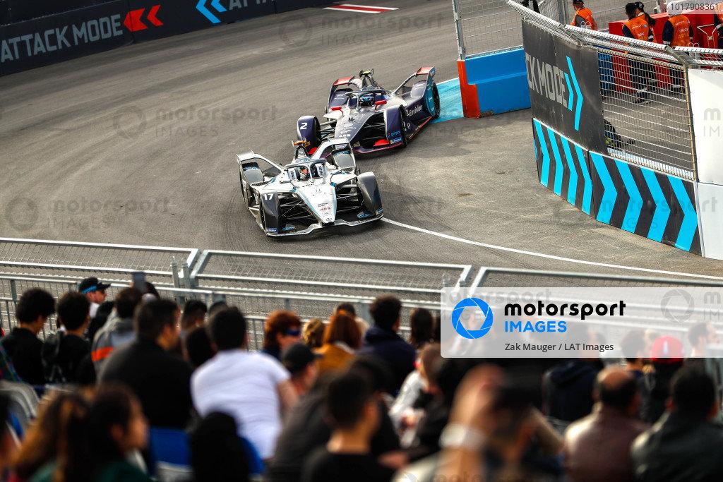 Nyck de Vries (NLD), Mercedes Benz EQ, EQ Silver Arrow 01 leads Sam Bird (GBR), Envision Virgin Racing, Audi e-tron FE06