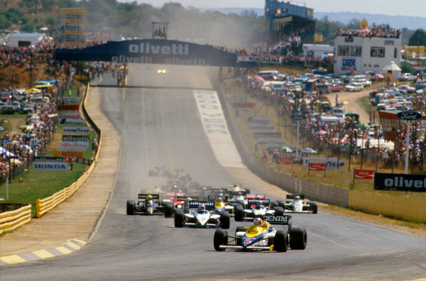 Kyalami, South Africa.17-19 October 1985.Nigel Mansell (Williams FW10 Honda) leads Nelson Piquet and Marc Surer (both Brabham BT54 BMW's) at the start.Ref-85 SA 07.World Copyright - LAT Photographic