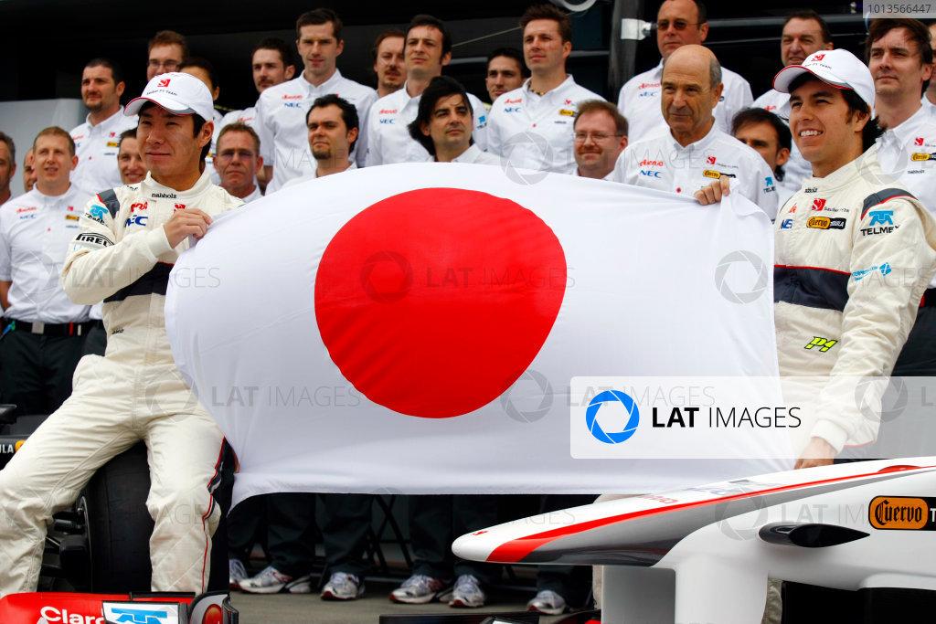 Albert Park, Melbourne, Australia25th March 2011.Kamui Kobayashi, BMW Sauber C30 Ferrari, Sergio Perez, BMW Sauber C30 Ferrari and team send a message to Japan.World Copyright:Charles Coates/LAT Photographicref: Digital Image _26Y6169