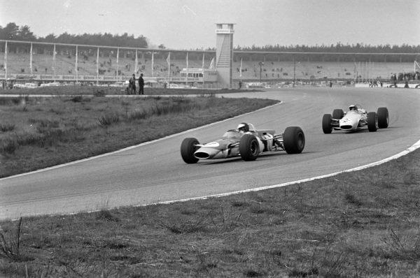 Jim Clark, Lotus 48 Cosworth, leads Peter Gethin, Chevron B10 Cosworth.