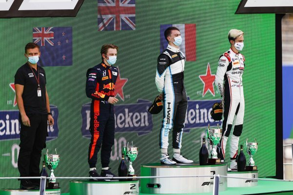 Winning Constructor Representative, Liam Lawson (NZL, HITECH GRAND PRIX), Race Winner Jake Hughes (GBR, HWA RACELAB) and Theo Pourchaire (FRA, ART GRAND PRIX) on the podium