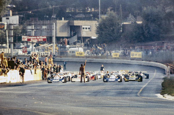 Cars lined up on the grid, with Michel Leclère, March 752 BMW, and Patrick Tambay, March 752 BMW, on the front row. An official holds a 30-second board.