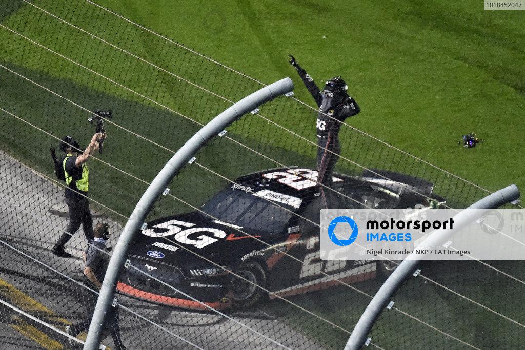 #22: Austin Cindric, Team Penske, Ford Mustang Verizon 5G celebrates his win