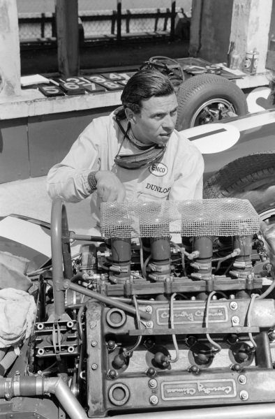 Jim Clark beside his Lotus 33 Climax.