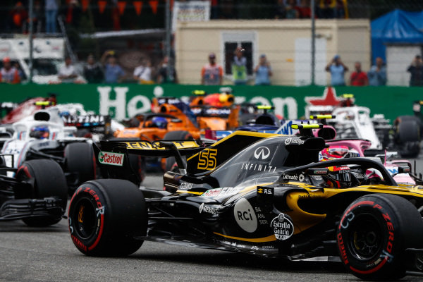 Carlos Sainz Jr., Renault Sport F1 Team R.S. 18, leads Esteban Ocon, Racing Point Force India VJM11, Sergey Sirotkin, Williams FW41, and the remainder of the field at the start.