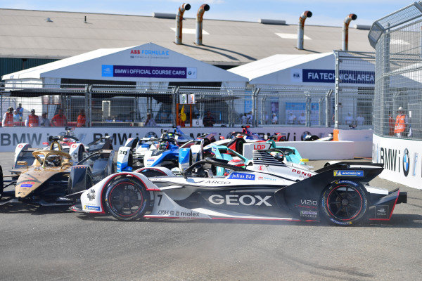 Jose Maria Lopez (ARG), GEOX Dragon Racing, Penske EV-3 spins in front of Andre Lotterer (DEU), DS TECHEETAH, DS E-Tense FE19 and Oliver Turvey (GBR), NIO Formula E, NIO Sport 004