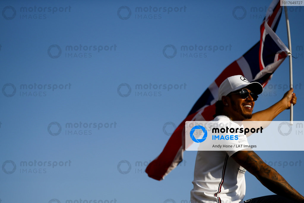 Race winner Lewis Hamilton, Mercedes AMG F1 celebrates with a flag