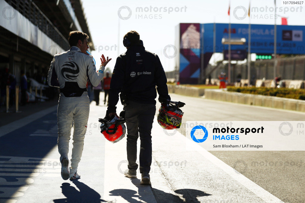 Robin Frijns (NLD), Envision Virgin Racing, walks back in the pits after being hit by Tom Dillmann (FRA), NIO Formula E Team