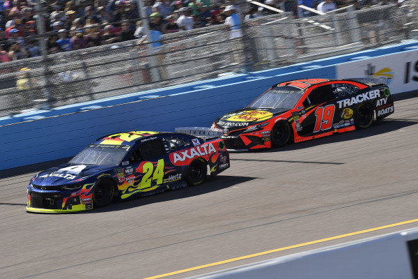 #24: William Byron, Hendrick Motorsports, Chevrolet Camaro Axalta and #19: Martin Truex Jr., Joe Gibbs Racing, Toyota Camry Bass Pro Shops
