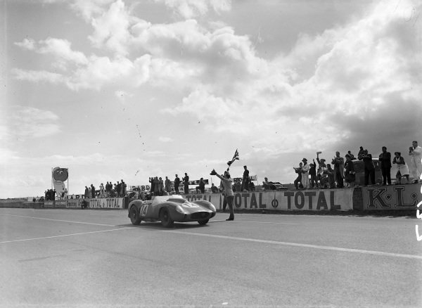 Olivier Gendebien / Phil Hill, Scuderia Ferrari, Ferrari 250 TR58, take the chequered flag.