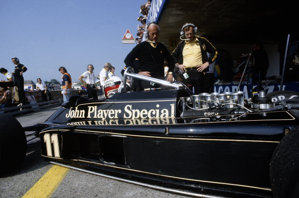 1981 Austrian Grand Prix.Osterreichring, Austria. 14-16 August 1981.Elio de Angelis (Lotus 87-Ford Cosworth), 7th position, in the pits. Colin Chapman stands behind the car.World Copyright: LAT PhotographicRef: 35mm transparency 81AUT24