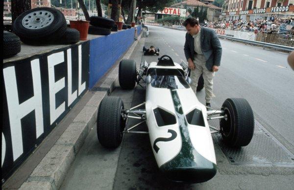1966 Monaco Grand Prix.Monte Carlo, Monaco. 19-22 May 1966.Bruce McLaren (McLaren M2B Ford) retires in the team's debut.Ref-66 MON 03.World Copyright - LAT Photographic