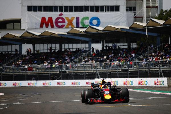 Daniel Ricciardo, Red Bull Racing RB14, arrives on the grid