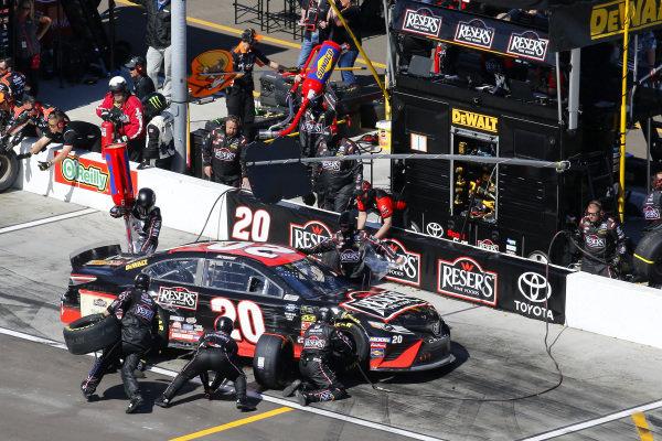 #20: Erik Jones, Joe Gibbs Racing, Toyota Camry Reser's Fine Foods pit stop