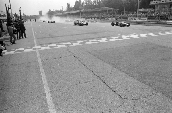 Jack Brabham, Brabham BT24 Repco, leads the field at the start of the race.