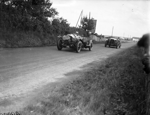 Woolf Barnato / Bernard Rubin, Bentley Motors Ltd., Bentley 4½ Litre, leads Édouard Brisson / Robert Bloch, C. T. Weymann, Stutz Model BB Black Hawk.