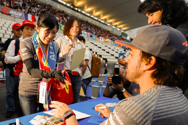 Suzuka Circuit, Japan. Thursday 05 October 2017. Fernando Alonso, McLaren, signs an autograph. World Copyright: Steven Tee/LAT Images  ref: Digital Image _O3I5147