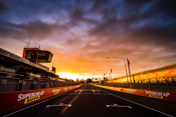 2017 Supercars Championship Round 11.  Bathurst 1000, Mount Panorama, New South Wales, Australia. Tuesday 3rd October to Sunday 8th October 2017. Start finish line. World Copyright: Daniel Kalisz/LAT Images Ref: Digital Image 031017_VASCR11_DKIMG_0102.jpg