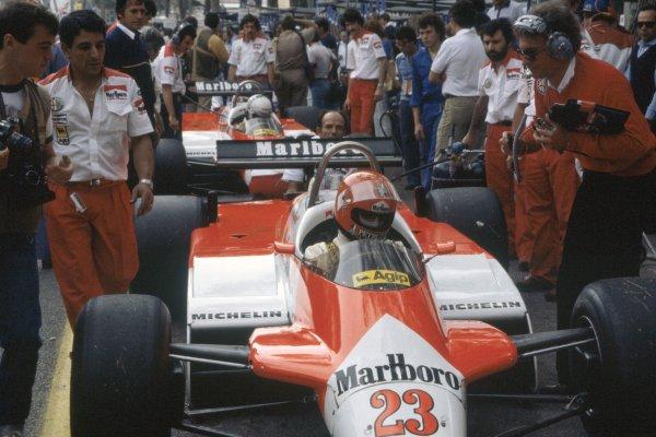 1982 Monaco Grand Prix.Monte Carlo, Monaco. 20-23 May 1982.Bruno Giacomelli and Andrea de Cesaris (Alfa Romeo 182) in the pits.World Copyright: LAT PhotographicRef: 35mm transparency 82MON30