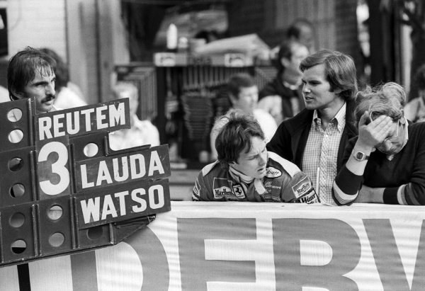 Ferrari hold out a pit board for race winner Carlos Reutemann (ARG), with his team mate Gilles Villeneuve (CDN) watching on with Peter Windsor (GBR) Journalist.