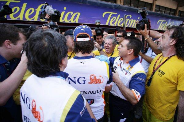 2008 Spanish Grand Prix - Thursday PreviewCircuit de Catalunya, Barcelona, Spain.24th April 2008.Fernando Alonso, Renault R28. Signs autographs in the pit lane. Portrait. World Copyright: Charles Coates/LAT Photographic.ref: Digital Image ZK5Y8310