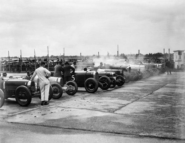 1927 BARC Whitsun Monday Meeting. Brooklands, Great Britain. 6th June 1927. L to R: #1 W B Scott (Bugatti), #2 L T Redburn (Bugatti), #5