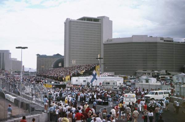 Caesars Palace, Las Vegas, USA. 23rd - 25th September 1982.The packed grid before the start, atmosphere. World Copyright: LAT PhotographicRef: 82LV