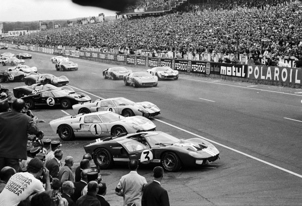 Drivers start the race after running to their cars, with Dan Gurney in the #3 Ford Mk II on pole position.