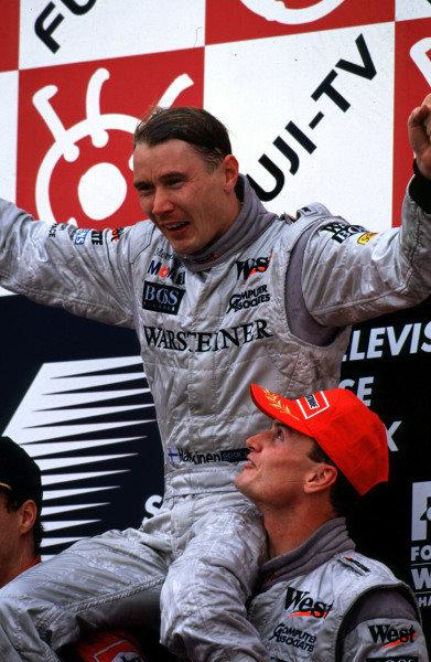 Japanese Grand Prix.Suzuka, Japan.30/10-1/11 1998.Mika Hakkinen celebrates with David Coulthard (both McxLaren Mercedes-Benz) after finishing in 1st position clinching the World Championship.World Copyright - LAT Photographic