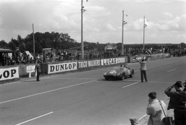 Olivier Gendebien / Phil Hill, Scuderia Ferrari, Ferrari 250 TR58, crosses the line and takes the chequered flag.