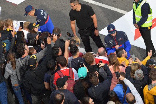 Alexander Albon, Scuderia Toro Rosso, anDaniil Kvyat, Toro Rosso, sign autographs for fans at the Federation Square event