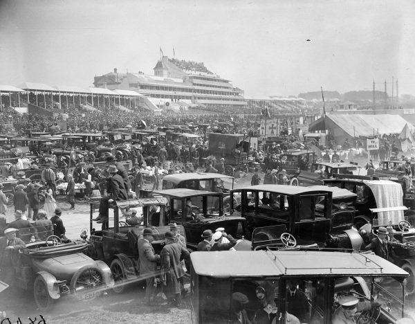 Crowds and vehicles at the Epsom Derby