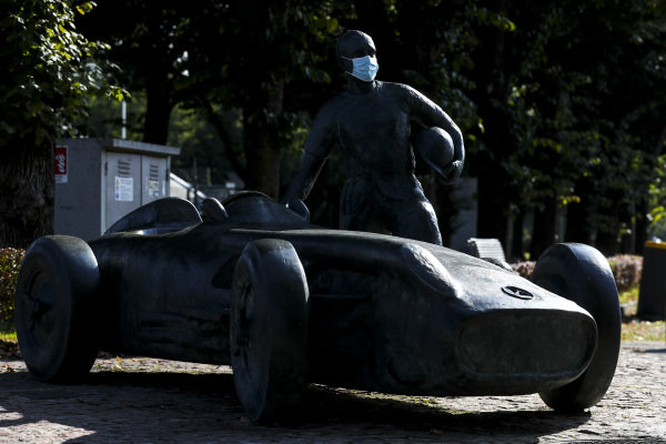 Statue of Juan Manuel Fangio with a mask