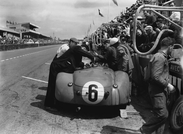 Le Mans, France. 14th - 15th June 1952 Andre Morel/Andre Chambas (Talbot Lago T26GS), 9th position, pit stop action. World Copyright: LAT Photographic Ref: Autocar Glass Plate C32698.