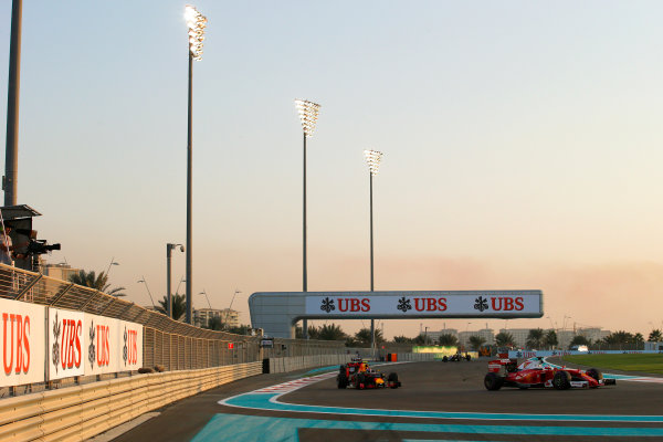 Yas Marina Circuit, Abu Dhabi, United Arab Emirates. Sunday 27 November 2016. Sebastian Vettel, Ferrari SF16-H, leads Max Verstappen, Red Bull Racing RB12 TAG Heuer. World Copyright: Sam Bloxham/LAT Photographic ref: Digital Image _SLB1623