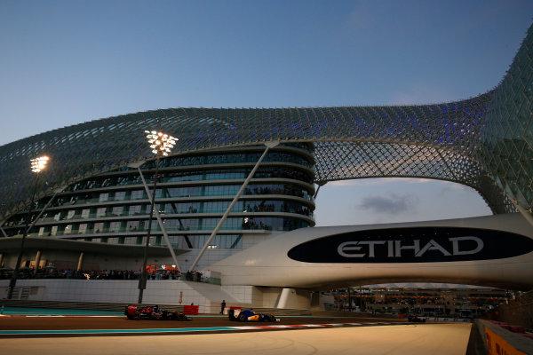 Yas Marina Circuit, Abu Dhabi, United Arab Emirates. Sunday 29 November 2015. Marcus Ericsson, Sauber C34 Ferrari, leads Max Verstappen, Toro Rosso STR10 Renault. World Copyright: Steven Tee/LAT Photographic ref: Digital Image _X0W6805