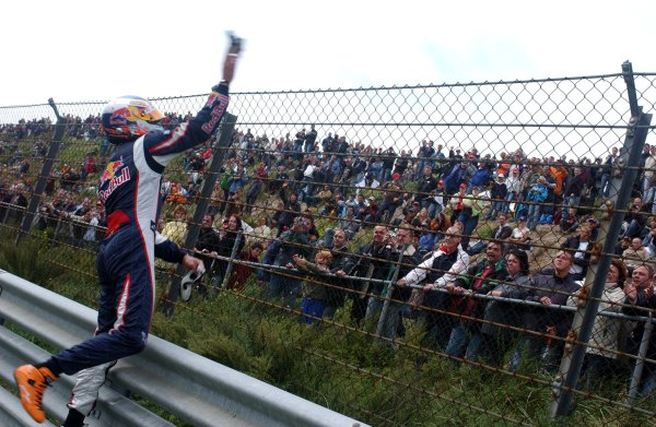 2006 DTM Championship.Round 7, Circuit Park Zandvoort. 1st - 3rd September 2006.Robert Doornbos (NED), Red Bull Racing F1 driver throwing his handgloves into the crowd during the Red Bull demo.World Copyright: Pieters/xpb cc/LATref: Digital Image Only