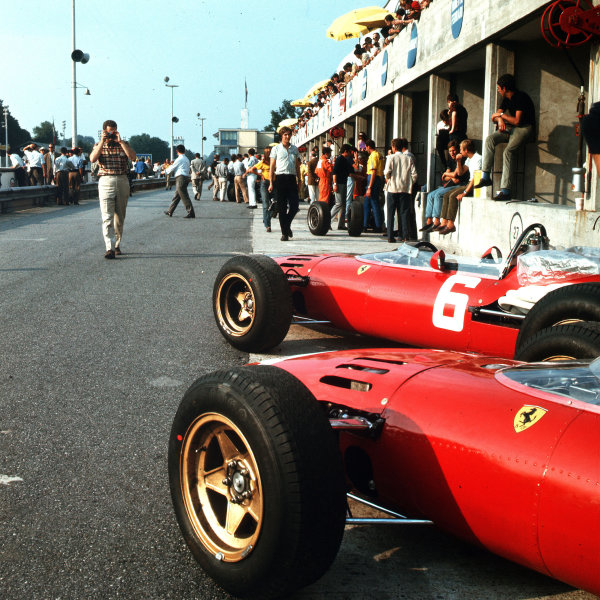 Monza, Italy. 2-4 September 1966.The works Ferrari team in the pits.Ref-3/2034A.World Copyright - LAT Photographic