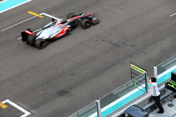 The pit board is held out for Kevin Magnussen (DEN) McLaren MP4-27. Formula One Young Drivers Test, Day Three, Yas Marina Circuit, Abu Dhabi, UAE, Thursday 8 November 2012.