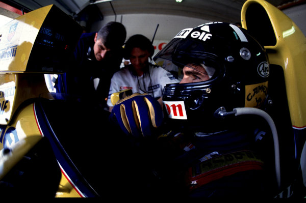 1993 South African Grand Prix.Kyalami, South Africa.12-14 March 1993.Damon Hill (Williams FW15C Renault) studies his monitor during qualifying,in his first GP for Williams.World Copyright - LAT Photographic