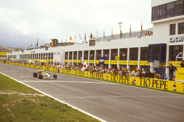 Jerez, Spain.25-27 September 1987.Nigel Mansell (Williams FW11B Honda) takes the chequered flag for the win.Ref-87 ESP 08.World Copyright - LAT Photographic