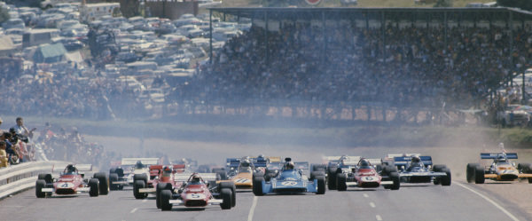1971 South African Grand Prix.  Kyalami, South Africa. 4-6th March 1971.  The field gets away at the start with Clay Regazzoni, Ferrari 312B, leading from Emerson Fittipaldi, Lotus 72C Ford, Chris Amon, Matra MS120, Jacky Ickx and Mario Andretti, Ferrari 312B, Denny Hulme, McLaren M19A Ford, Jackie Stewart, Tyrrell 001 Ford, and running wide, Peter Gethin, McLaren M14A Ford.  Ref: 71SA27. World Copyright: LAT Photographic