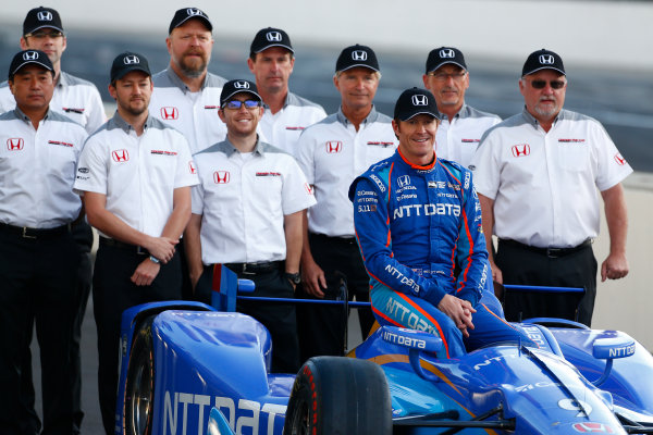 Verizon IndyCar Series Indianapolis 500 Qualifying Indianapolis Motor Speedway, Indianapolis, IN USA Monday 22 May 2017 Scott Dixon, Chip Ganassi Racing Teams Honda poses for front row photos with the Honda engineers World Copyright: Phillip Abbott LAT Images ref: Digital Image abbott_indyQ_0517_21498