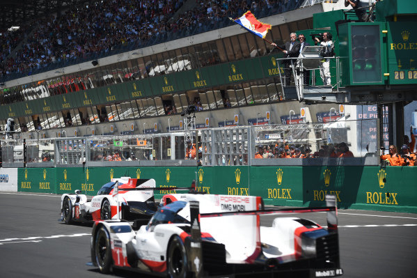 2017 Le Mans 24 Hours Circuit de la Sarthe, Le Mans, France. Saturday 17 June 2017 Chase Carey, FOM CEO waves the French flag to give the start of the race World Copyright: Rainier Ehrhardt/LAT Images ref: Digital Image 24LM-re-9323