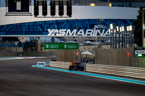 Yas Marina Circuit, Abu Dhabi, United Arab Emirates. Sunday 27 November 2016. Daniil Kvyat, Toro Rosso STR11 Ferrari, parks up and retires from the race. World Copyright: Zak Mauger/LAT Photographic ref: Digital Image _L0U1916