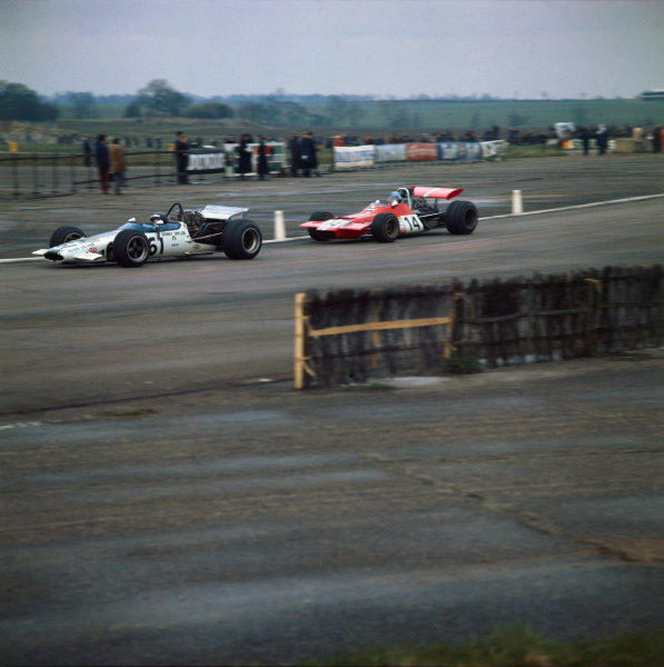 1970 Guards Formula 5000 Championship. Silverstone, England. 26th April 1970. Rd 5. Heat 1. Peter Gethin (McLaren M10B-Chevrolet), 1st position in Formula 5000 class, leads Piers Courage (De Tomaso 308-Ford), 3rd position in F1 class, action.  World Copyright: LAT Photographic.